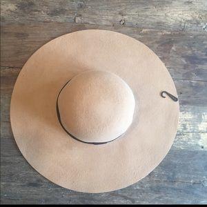 Brown floppy hat 🎩